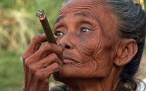 Portraitfotografie - Myanmar - alte rauchende Frau