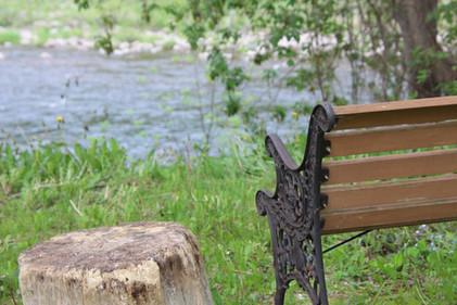 Détente près de la rivière derrière la m
