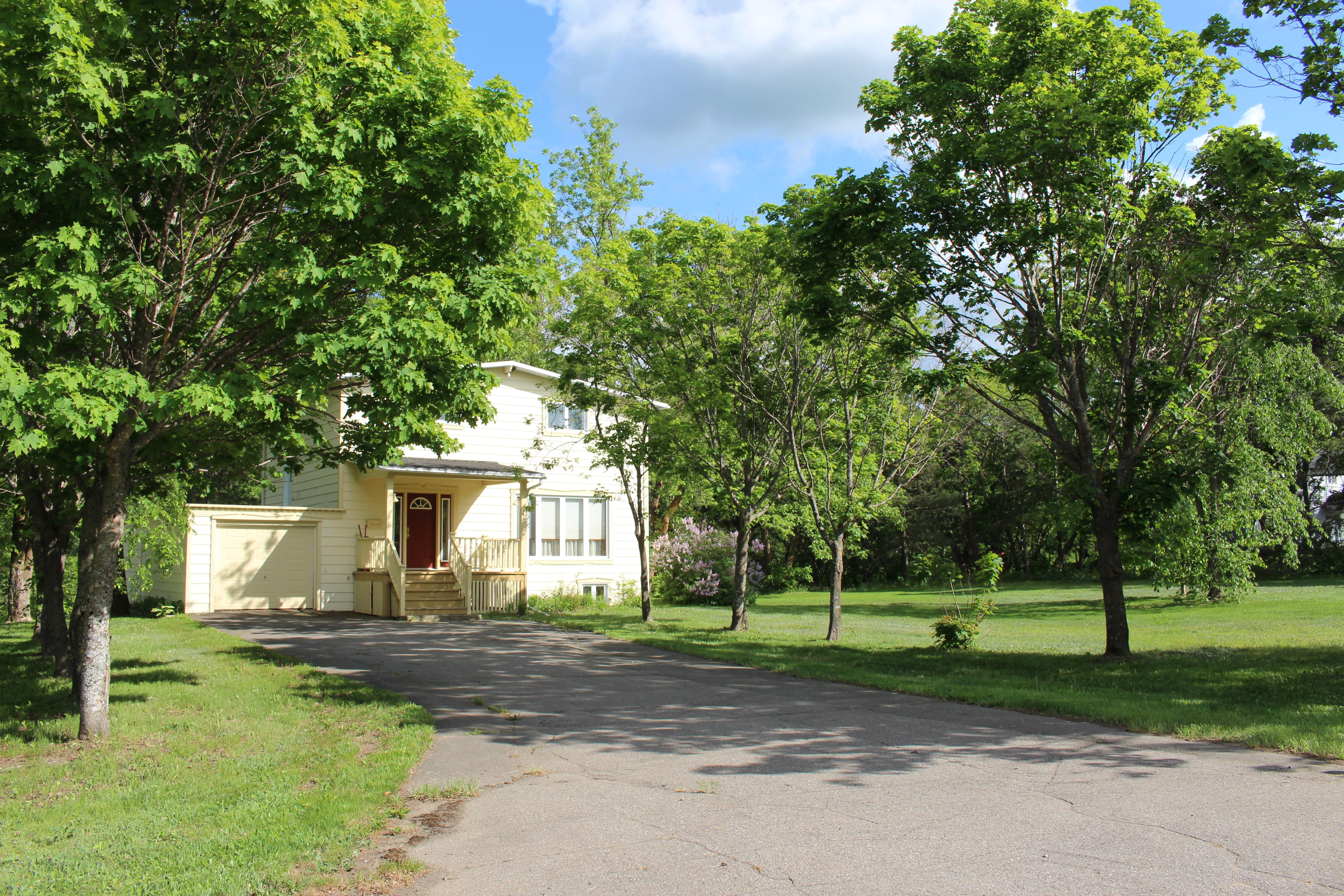 Maison avec grand terrain, arbres matures