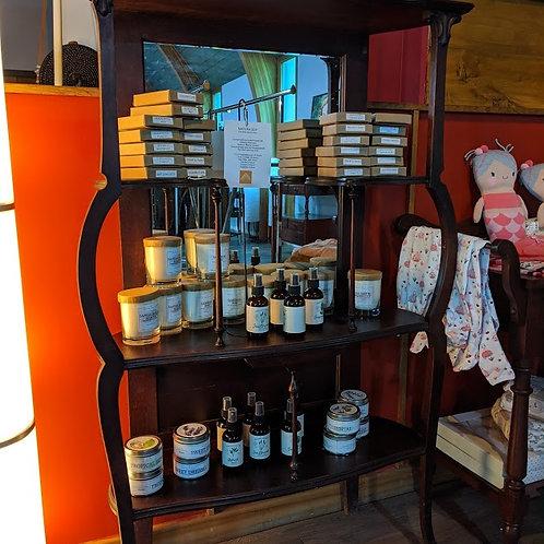 Display shelf with mirror back splash
