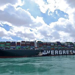 تعويم السفينة الجانحة في قناة السويس واستئناف حركة الملاحة