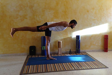 Virabhadrasana III, tercera postura de el guerrero. Yoga meditación en  Alovera, Alcalá y Azuqueca de Henares.