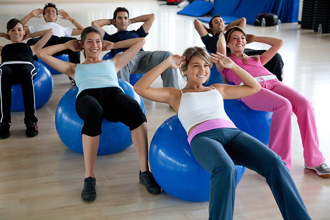 Activación abdominal con brazos mariposa en clase dirigida para Samira Fitness