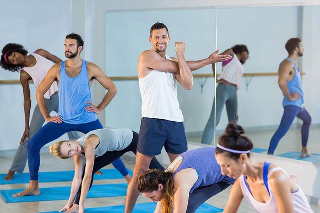 comienzo de clase colectiva yoga dinámico en Guadalajara