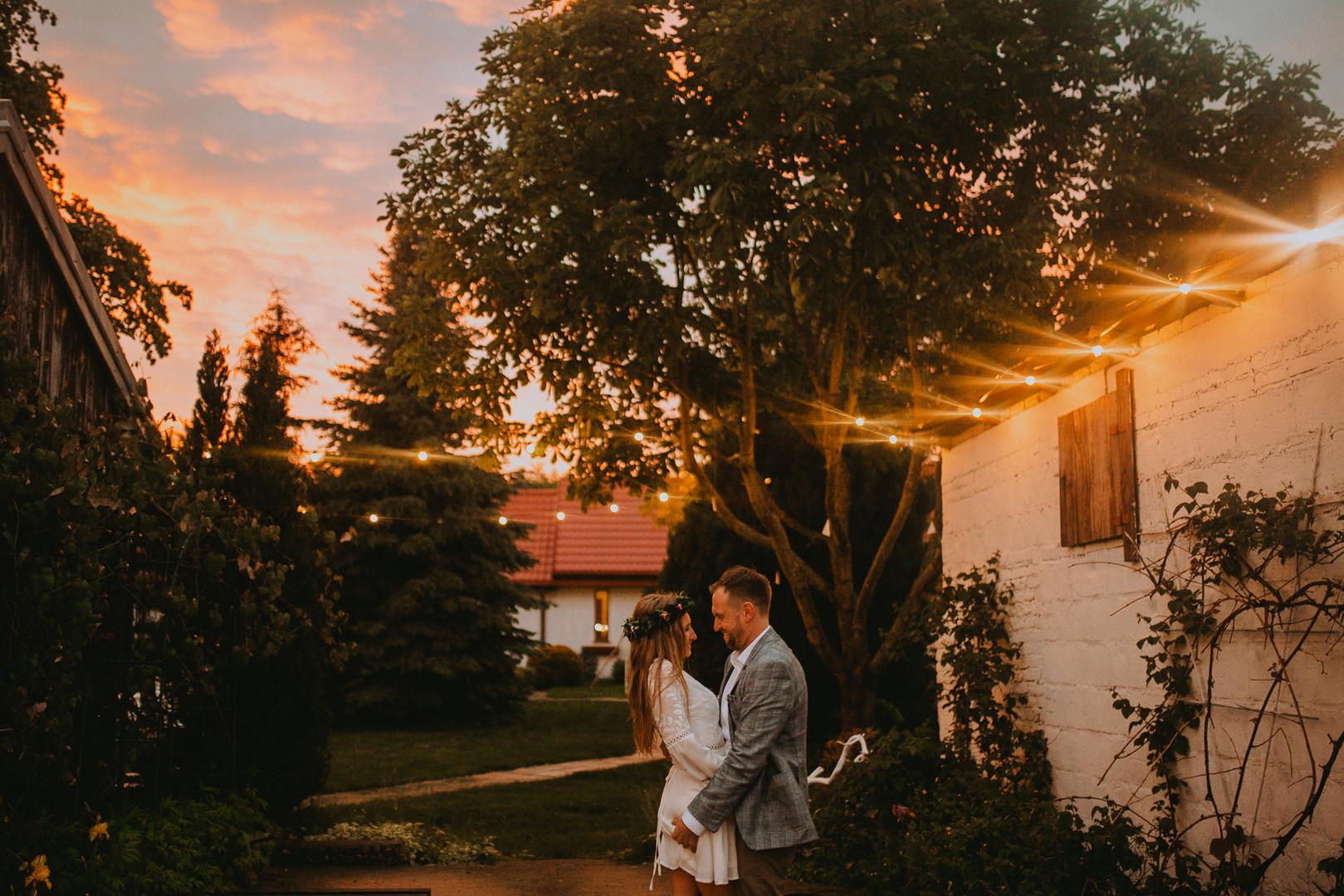 Dom w przepitkach po zachodzie słońca