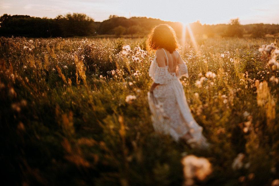 magda skierska fotografia   panna młoda o zachodzie słońca ; suknia slubna boho