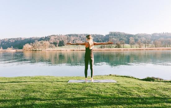 Pilates Training bei Bern vor dem Wohlensee