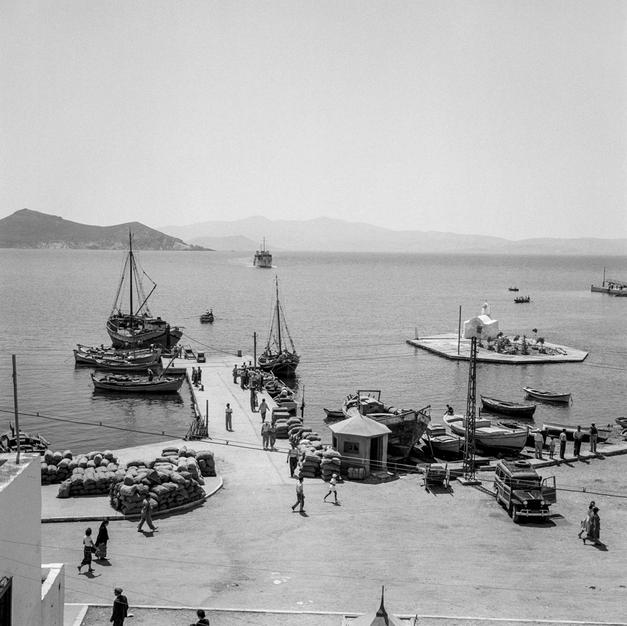 Arrival of a steamer at midday