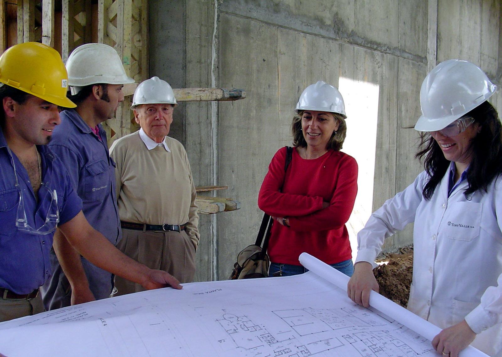 jose maria observando los planos de la nueva planta