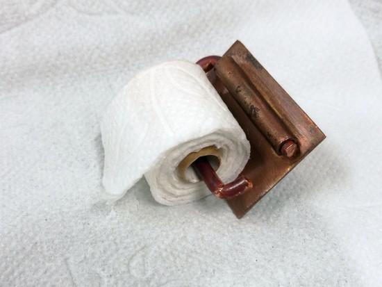Toilet paper holder brooch / Vessapaperirullatelinerintakoru