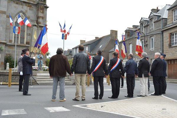 Nous nous sommes tous tenus la main devant la monument aux morts de Plerguer pour rendre hommages aux soldats tombés pour la France