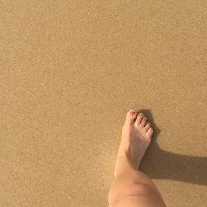 Méditation marchée sur la plage et écouter le bruit des vagues