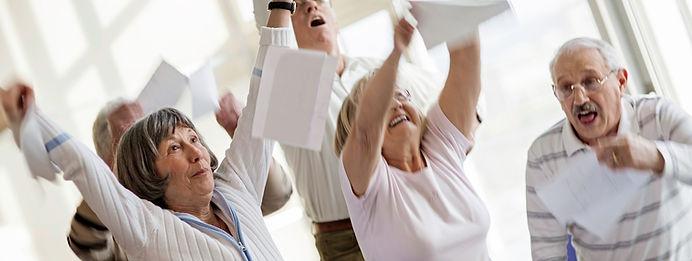 personnes âgées heureux à main levée