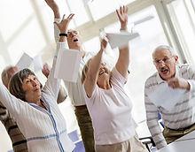 Счастливые пожилые люди поднимали руки