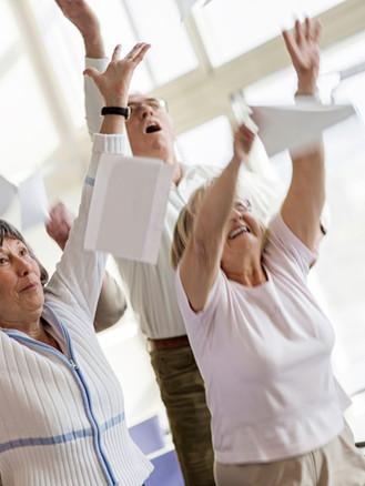 Anziani felici che solleva le mani