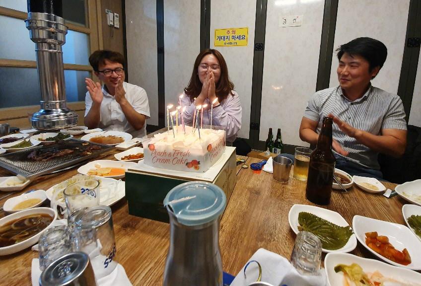 회식 겸 김소연 사원 생일, 생일 축하드립니다:)
