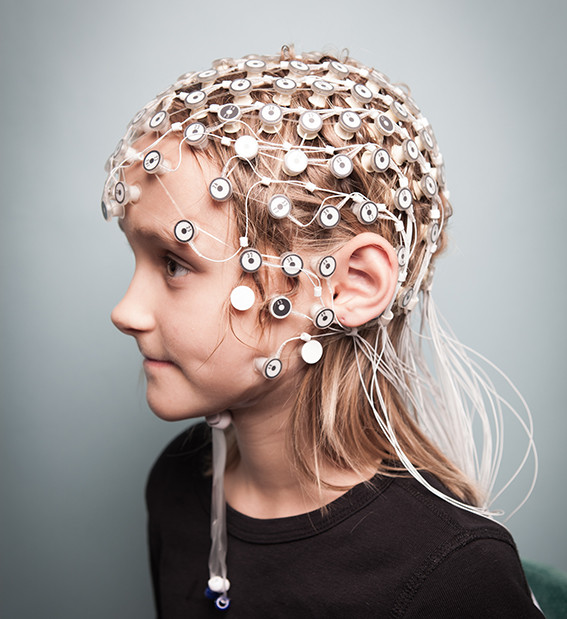 Elsa med EEG-elektroder. Foto: Milis Smith