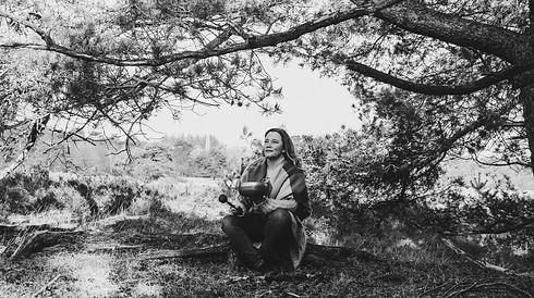 Esther Lases, medium in Vleuten (Utrecht en omgeving) en coach voor persoonlijke en intuïtieve ontwikkeling. Alternatieve geneeswijze met behulp van edelsteentherapie, etherische oliën - doTERRA en magnesium van Zechsal, kleur en klankschalen