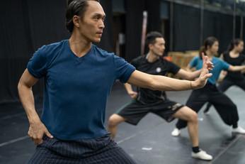 "黃磊 Huang Lei,Weston 首席舞蹈員 Principal Dancer  畢業於北京舞蹈學院,2001年加入香港舞蹈團,主演作品包括《如夢令》、《水滸傳》、《帝女花》、《天上人間》、《竹林七賢》、《蘭亭.祭姪》、《花木蘭》、《梁祝.傳說》、《風雲》、《中華英雄》及《白蛇》;創作演出「八樓平台」《民間傳奇》、《也文也舞》、《絲襪奶茶》、《抱擁》及《韓舞記》等。除演出之外,亦擔任《再世.尋梅》、《三國風流》、《弦舞》、《一水南天》的助理編舞及《在那遙遠的地方》的聯合編舞,並為「中國舞蹈與中國武術之交互研究與成果呈現」計劃之研究員之一。曾受邀為香港中樂團、香港小交響樂團、鄧樹榮戲劇工作室、新視野藝術節、香港藝術節及韓國首爾「國際雙人舞蹈節」等不同藝術團體合作演出或編舞。  曾三度獲得香港舞蹈年獎,分別是2006年之「八樓平台」《民間傳奇》與伍宇烈等集體創作及編舞、2007年《如夢令》及2010年《天上.人間》之演出。2010年獲亞洲文化協會 International Choreographers Residence 獎學金,參加美國舞蹈節;同年獲香港藝術發展局藝術新秀年獎(舞蹈)。  Huang Lei, Weston graduated from the Beijing Dance Academy. He joined the Hong Kong Dance Company in 2001 and has performed major roles in ""Dream Dances"", ""Water Margin"", ""Princess Changpin"", ""Everlasting Love"", ""Seven Sages of the Bamboo Grove"", ""Spring Ritual.Eulogy"", ""The Legend of Mulan"", ""The Butterfly Lovers"", ""Chinese Hero: A Lone Exile"" and ""Lady White of West Lake"". He choreographed the ""8/F Platform"" productions ""Min Jian Chuan Qi"", ""Dancers' Creation"", ""Silk-Stocking Milk Tea"", ""Embrace and Dancing Seoul to Soul – Korea.Hong Kong.Encounter"". He was Assistant Choreographer for ""Desperately Seeking Miss Blossom"", ""Romance of the Three Kingdoms"", ""Dance of Strings"" and ""A Tale of the Southern Sky"", and Associate Choreographer for ""Voices and Dances of the Distant Land"". He is also a researcher of HKDC's Research study on Chinese martial arts and Chinese dance. Huang has been invited to choreograph and perform for the Hong Kong Chinese Orchestra, Hong Kong Sinfonietta, Zuni Icosahedron, Tang Shu-wing Theatre Studio, New Vision Arts Festival, Hong Kong Arts Festival and the International Dance Duet Festival in Seoul.   Huang has received three Hong Kong Dance Awards: for his co-choreography of ""Min Jian Chuan Qi"" (2006), and for his performance in ""Dream Dances"" (2007) and ""Everlasting Love"" (2010). He was awarded the Asian Cultural Council's International Choreographer Residence Scholarship to participate in the American Dance Festival in 2010. In the same year, h"