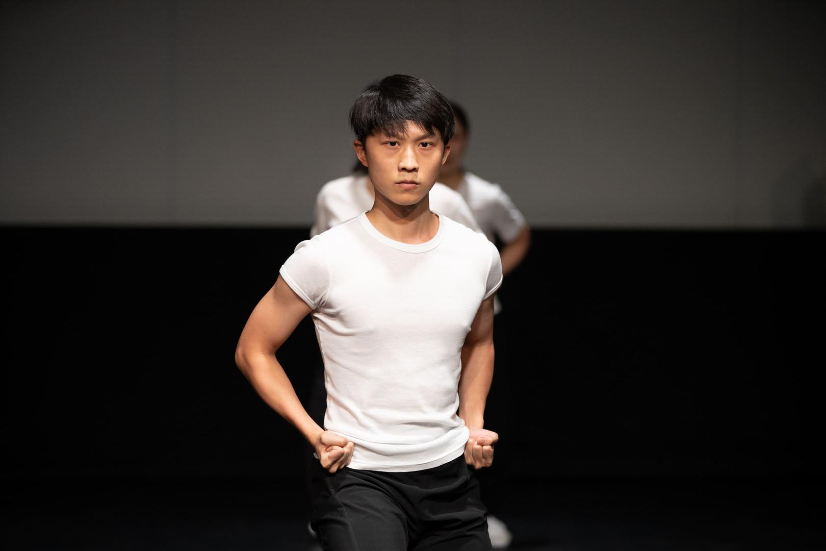 "何皓斐 Ho Ho-fei  高級舞蹈員 Senior Dancer  2009年畢業於香港演藝學院,獲頒藝術學士學位,主修中國舞,副修編舞。在校期間多次獲得獎學金,並獲第四屆深圳現代舞大賽表演銅獎及第三屆全國少數民族大匯演金獎。2010年加入香港舞蹈團,主要演出包括《清明上河圖》飾頑童、兒童舞劇《夢西遊》(重演)飾孫悟空、《塵埃落定》(2014年重演) 飾渣渣頭人兒子、《中華英雄》飾華劍雄、《彩雲南現》雙人舞〈手舞足蹈心狂跳〉、《十二生肖大冒險の冰雪奇熊》飾生肖猴子、《踏歌行》四人舞〈搶鼓〉、《金裝龍鳳茶樓》飾蝦餃、《劉三姐》飾管家、《小黃鴨》飾小鳥及《一水南天》飾石公等;屢次獲邀於香港芭蕾舞團演出《胡桃夾子》。編舞作品包括「八樓平台」《舞飛揚》〈放下〉、香港舞蹈聯盟「舞蹈平台2010」之《癮》、香港舞蹈聯會《一條大河》及《火龍》聯合編舞、香港舞蹈總會《緣起敦煌》(四度公演)助理編舞。其作品《守護》榮獲紫荊杯國際舞蹈邀請賽2013雙人舞組金獎。2019年5月晉升為香港舞蹈團高級舞蹈員,為「中國舞蹈與中國武術之交互研究與成果呈現」計劃之研究員之一。  Born in Hong Kong, Ho Ho-fei graduated from the Hong Kong Academy for Performing Arts majoring in Chinese dance with a minor in choreography in 2009. While at the Academy, Ho received several scholarships and received a bronze medal at the 4th Shenzhen Modern Dance Competition and a gold medal at the 3rd National Minority Performance Gala.  Ho joined the Hong Kong Dance Company in 2010. Recent performance highlights include major roles in Journey to the Wild West, Red Poppies (2014), Magical Adventures of Baby Polar Bear and the 12 Zodiac Animals, Chinese Hero: A Lone Exile, Dream of the Past: Ancient Chinese Court Dances, Dim Sum Adventures @ Lung Fung Teahouse 2.0, A Sea of Smiling LT Ducks and A Tale of the Southern Sky. Ho was invited by the Hong Kong Ballet to perform in The Nutcracker. He has choreographed for ""8/F Platform"" - Fly and for the Hong Kong Dance Alliance's ""2010 Dance Platform"". He was also co-choreographer of The Great River and Fire Dragon for the Association of Hong Kong Dance Organizations. His work Protect received the gold medal in the pas de deux category at the 2013 Hong Kong Bauhinia Cup International Dance Invitation Competition. Ho was promoted to Senior Dancer at HKDC in May 2019. He is also a researcher of HKDC's Research study on Chinese martial arts and Chinese dance."