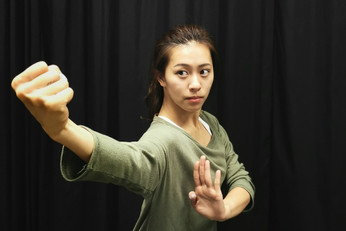 周若芸 Chou Jo-yun, Zoe 舞蹈員 Dancer  生於台灣,2014年畢業於台北市立復興高級中學舞蹈班,2018年畢業於香港演藝學院中國舞系。在校曾獲全額獎學金,期間於多個演出中擔任主要角色,曾與張曉雄,高成明,Raewyn Hill等著名編舞家合作。2017年參與舞蹈計畫《天圓地方》,於喬治市藝術節演出。2018年加入香港舞蹈團,最近演出「八樓平台」--《境》和音樂劇《一水南天》,並為「中國舞蹈與中國武術之交互研究與成果呈現」計劃之研究員之一。  Chou Jo-yun, Zoe was born and raised in Taiwan. She graduated from Taipei Municipal Fuxing Senior High School, with a major in dance. She then majored in Chinese dance at The Hong Kong Academy for Performing Arts, graduating in 2018. Chou studied under full scholarships and worked with numerous choreographers such as Zhang Xiaoxiong, Gao Chengming and Raewyn Hill during her studies. She participated in the dance project In the Amorphous Beings at the George Town Festival in Penang in 2017. Chou joined the Hong Kong Dance Company in 2018. Recent performances include 8/F Platform – Jin and musical A Tale of the Southern Sky. She is also a researcher of HKDC's Research study on Chinese martial arts and Chinese dance.
