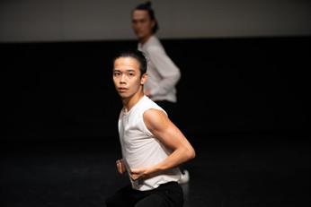 王志昇 Ong Tze-shen 舞蹈員 Dancer  王志昇生於馬來西亞檳城,十三歲開始接觸舞蹈,曾多次參與馬來西亞主要舞蹈賽事及國際演出。連續四年獲全額獎學金入讀香港演藝學院,2018年獲舞蹈藝術學士學位以一級榮譽畢業,同年加入香港舞蹈團,主要演出包括《小黃鴨》飾主角小黃鴨、「八樓平台」《境》及《一水南天》飾張小寶。  近年曾在張曉雄編作的《鄉》、盛培琪與鄢小強編創的《梁祝》、高成明的《簽》、鄢小強的《天淨沙》等舞作中擔任主要演員與獨舞。2017年製作與編創《天圓地方》並受邀在喬治市藝術節演出,同年編創及演出《Dating With D》,獲得熱烈迴響。2018年往巴黎的法國國家舞蹈中心(CND)交流和演出個人獨舞。亦為香港舞蹈團「中國舞蹈與中國武術之交互研究與成果呈現」計劃之研究員之一。  Born and raised in Penang, Ong Tze-shen began dancing at the age of 13 and has participated in numerous competitions and performances since then. He received full scholarships throughout his four years at The Hong Kong Academy for Performing Arts and graduated with First Class Honours in 2018. He joined Hong Kong Dance Company in the same year. Recent performances include the principal role in A Sea of Smiling LT Ducks, 8/F Platform – Jing and A Tale of the Southern Sky.   Ong has danced in a wide variety of festivals and productions. He performed solos in Zhang Xiaoxiong's The Homeland, Butterfly Lovers by Sheng Peiqi and Yan Xiaoqiang, Gao Chenming's Fortune and Yan Xiaoqiang's Autumn Thoughts. He choreographed Dating with D with Christy Poinsettia Ma and performed in 2017. He also produced the full-length dance theatre In The Amorphous Beings for the George Town Festival in Penang 2017 and took part in CAMPING 2018 at the Centre National de la Danse in Paris. He is also a researcher of HKDC's Research study on Chinese martial arts and Chinese dance.