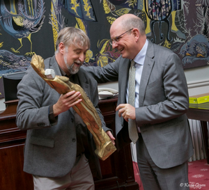  Vzw De Huizen, Hans Claus, hand over a price to the minister of Justice Koen Geens because he realized the transition houses in Belgium. Photo taken by Kevin Oeyen.