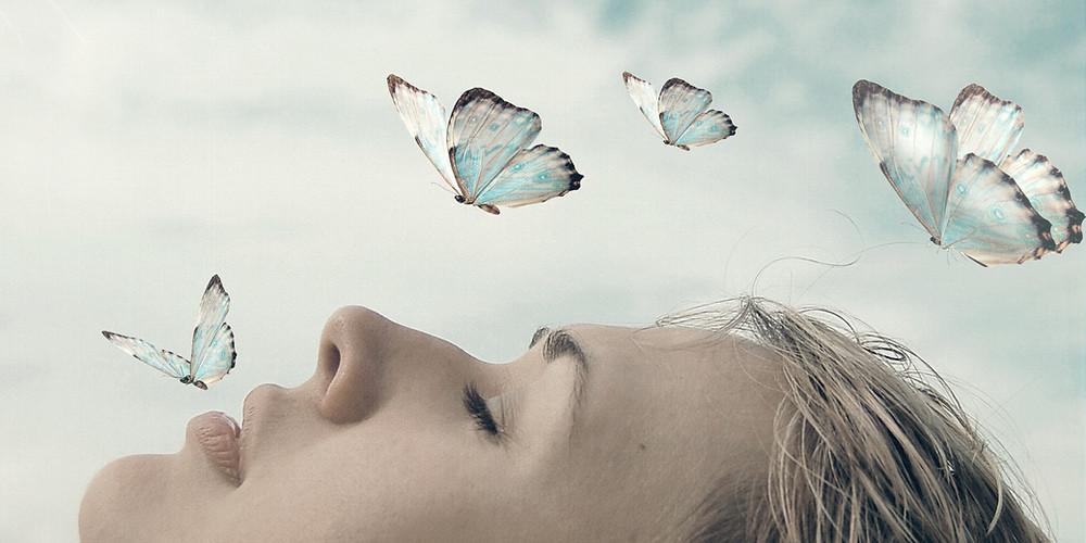 women butterfly épanouissement papillon rêveuse réalise mes rêves pensée positive pour atteindre objectifs de vie bien-être bonheur et harmonie