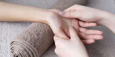 les bases de la réflexologie - détente - bien-être - relaxation - développement personnel - réflexologie plantaire - réflexologie palmaire - mains et pieds - bienfaits de la pratique - méthode holistique