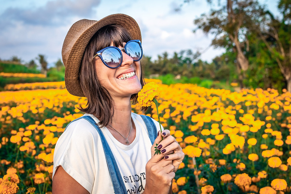 rayonner développement personnel lumière éveil spirituel naturel femme qui souris soleil rayonnante