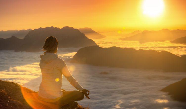 coucher de soleil rayonnant méditation rélfexion sur soi réflexion sur le passé le présent le futur l'avenir prendre du recul accpeter la situation évoluer vers de nouveaux horizons se remmetre en question trouver le calme et la sérénité, l'amour de soi ne pas être en colère, relativiser minimaliser dédramatiser faire la part des choses, garder la tête froide, prendre du recul prendre ses distances