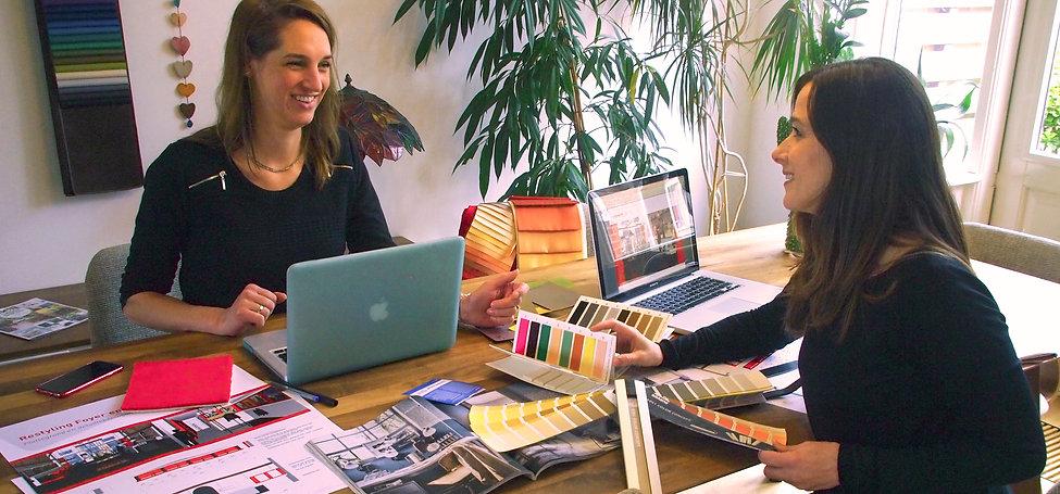 Interieur Ontwerper Simone van Lint en Styliste Laura Windt aan het werk