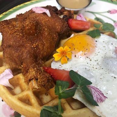 Waffle con confit de pato y huevo