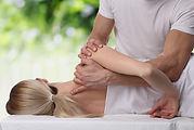 Manipulation d'un kiné ou ostéopathe sur une patiente