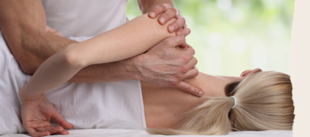 Prise en charge d'une patiente souffrant de l'épaule par un masseur-kinésithérapeute ou un ostéopahe