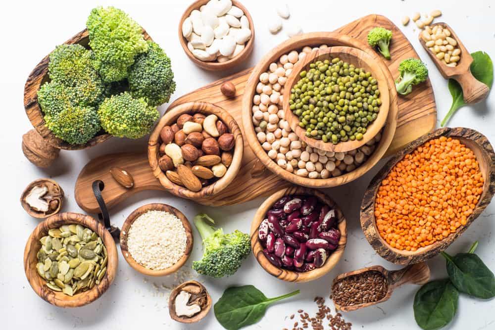 Légumes verts, légumineuses et fruits à coques nécessaires pour une alimentation végétarienne équilibrée