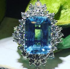 Stunning aquamarine and diamond ring in