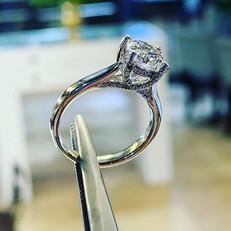Solitaire design with smaller diamonds o