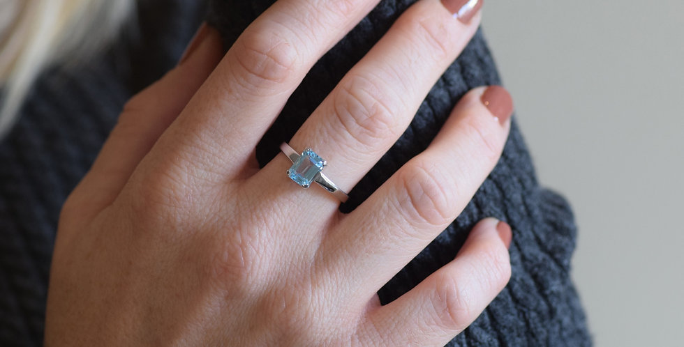 9ct White Gold Blue Topaz Solitaire Ring