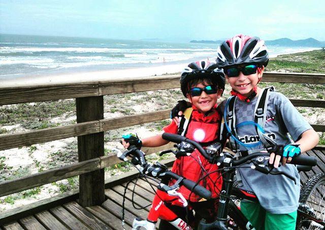 Irmãos parceiros no pedal! _#familiapedal7 #irmãos #praia #bike #mountainbike #mountainbikersbr #mov