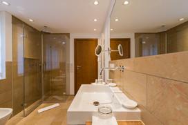 Großes Badezimmer mit Tageslicht