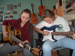 À la MDJ, on joue de la guitare!