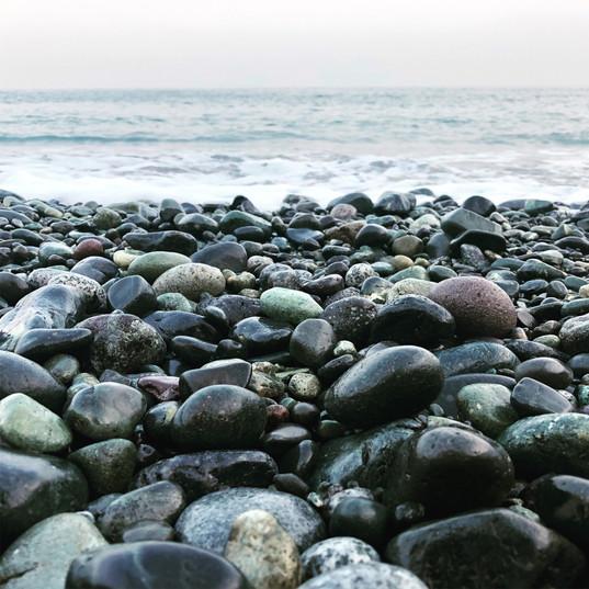 丸い石が特徴の砂浜