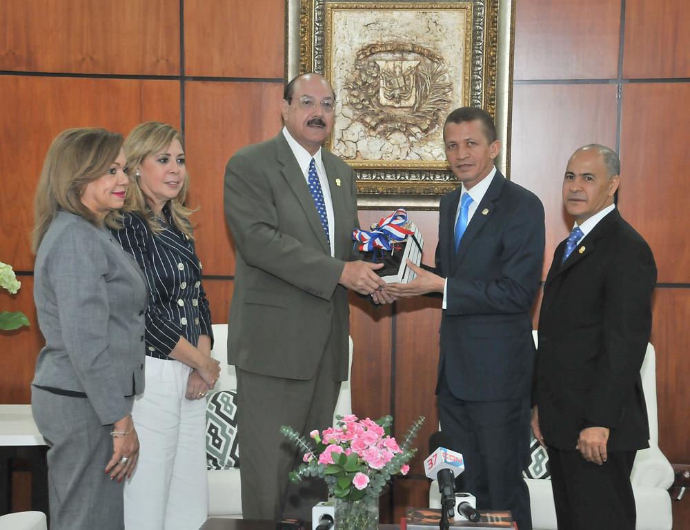 Lupe Núñez entrega al Presidente del PARLACEN un ejemplar del Tomo 3 de la Historia de la  Cámara de Diputados
