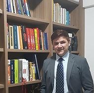 Jairo_de_pé_biblioteca_editado.jpg