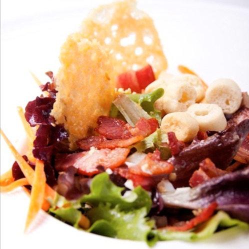 Ensalada de Espinacas con Bacon Crujiente y Galletas de Parmesano