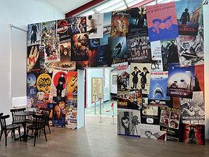 Filmplakate auf einer Wand