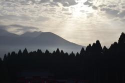 早朝の光がさす山々