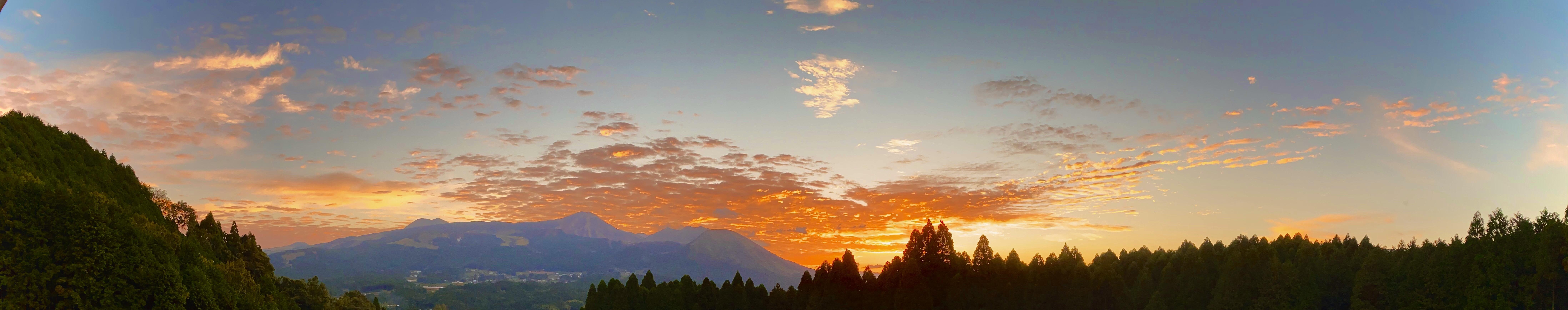 朝焼けの阿蘇山