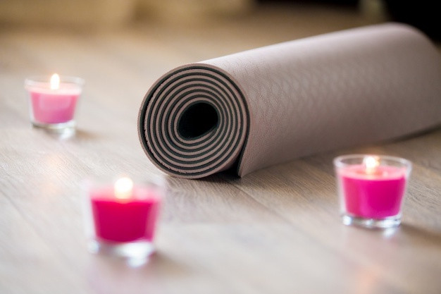 insulation-yoga-with-candles_1218-465.jp